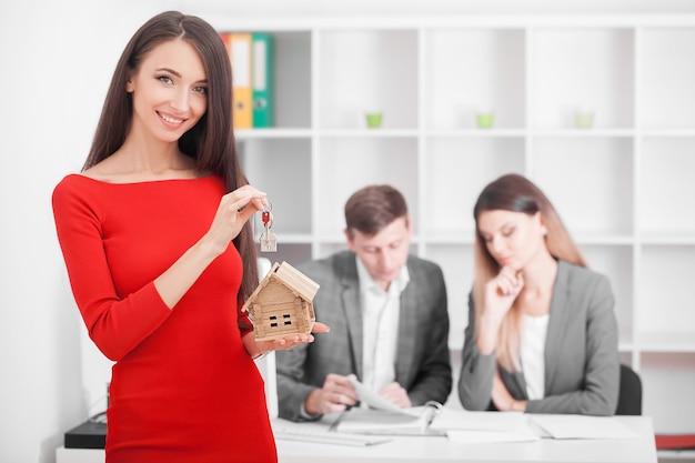 Ontmoeting met makelaar op kantoor, kopen van een appartement of huis, kopers van onroerend goed die klaar zijn om een deal te sluiten,