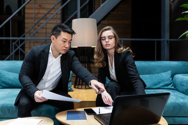 Ontmoeting met twee zakenlieden aziatische man en vrouw discussie internationale partners houden een vergadering