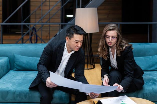 Ontmoeting met twee zakenlieden aziatische man en vrouw zakelijke discussie internationale partners houden een vergadering
