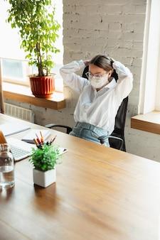 Ontmoeting met vrouw die alleen op kantoor werkt tijdens quarantaine van coronavirus of covid19