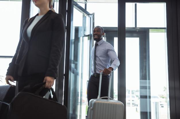 Ontmoeting van jonge zakenpartners na aankomst op het eindpunt van de zakenreis