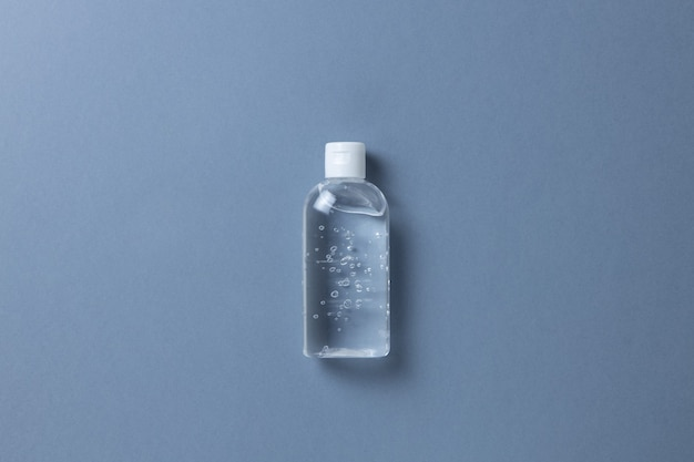 Ontsmettingsgel in transparante fles, op grijze achtergrond