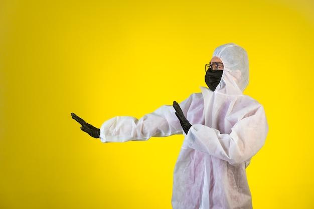 Ontsmettingsmiddel in speciaal preventief uniform stop gevaar dat van links komt op geel.