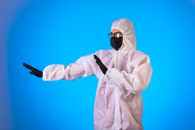 Ontsmettingsmiddel in speciaal preventief uniform stop gevaar dat van links op blauw komt.