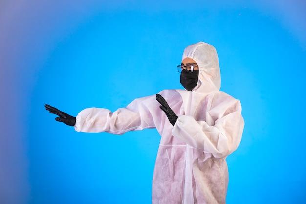 Ontsmettingsmiddel in speciaal preventief uniform stopt gevaar dat van links komt.