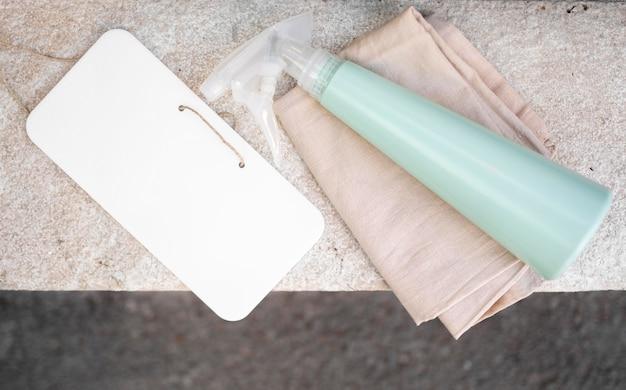 Ontsmettingsmiddel met doek op tafel