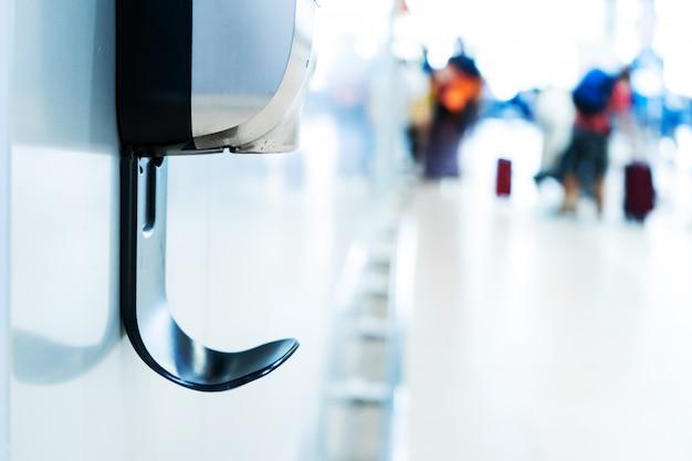Ontsmettingsvloeistof voor dispenser voor handdesinfectans in winkelcentrum. covid pandemisch virus sanitaire voorzieningen in grote steden.