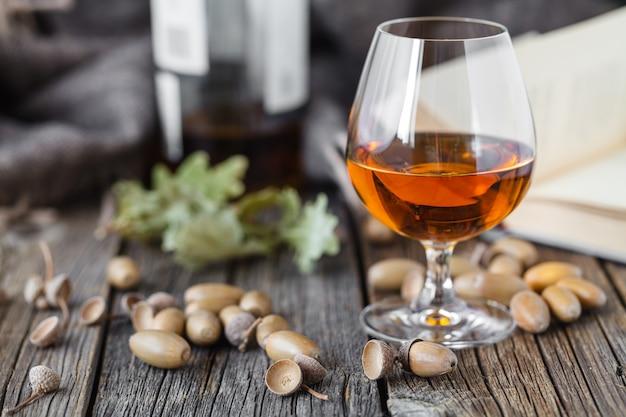 Ontspan met alcohol. herfst eiken en glas whisky