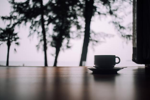 Ontspan scène van koffiekop op de vloer in de ochtend.