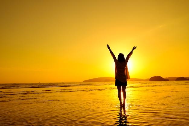 Ontspan vrouw springen zee op het strand