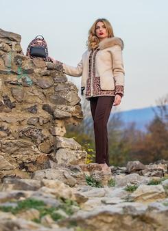 Ontspannen aan de wilde kant. sexy vrouw rode lippenstift natuur achtergrond. herfst seizoen kleding en accessoire. vrouw luipaard patroon halflange jas. warme korte nepbontjas in de herfst.