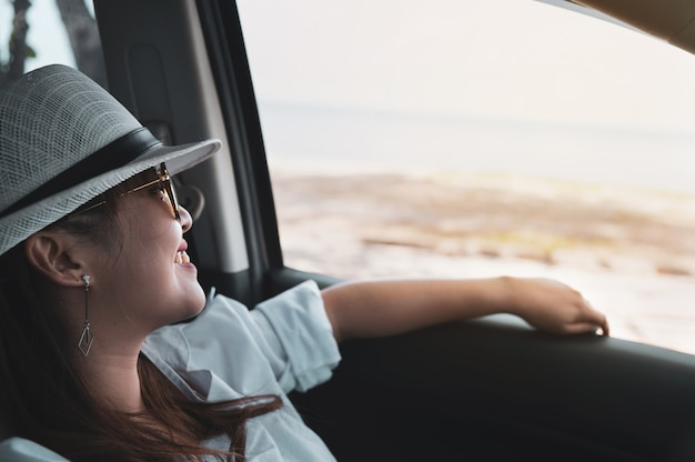 Ontspannen gelukkige aziatische vrouw op de zomer roadtrip reisvakantie