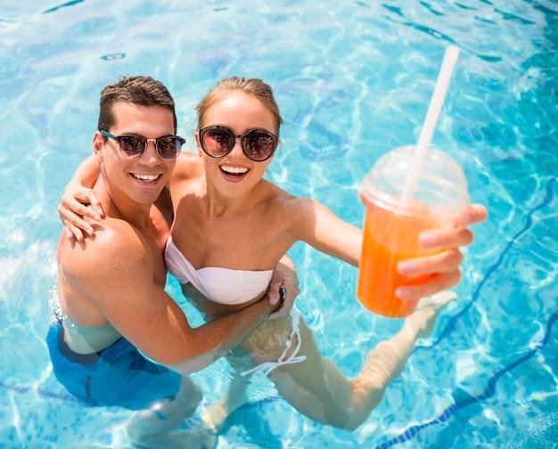 Ontspannen in het zwembad van het resort en cocktails drinken.