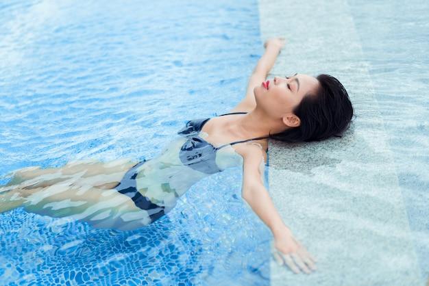 Ontspannen in het zwembad