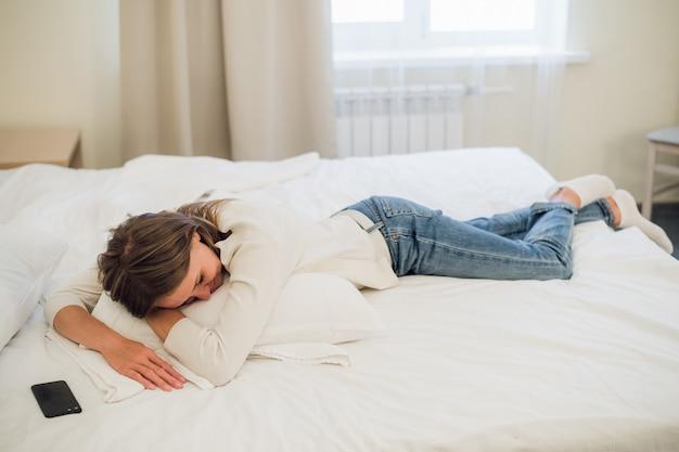 Ontspannen jonge vrouw slapen in bed