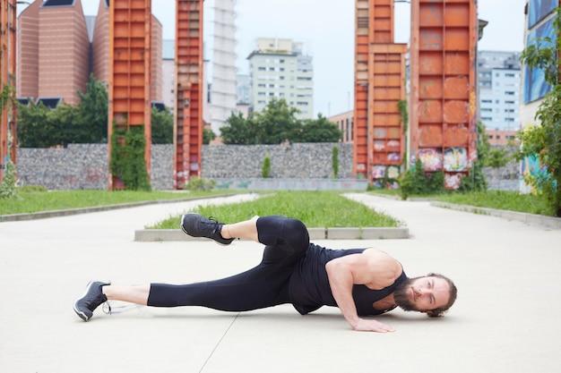 Ontspannen knappe man doet yoga oefening