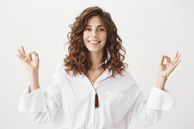Ontspannen lachende vrouw mediteren, vredig voelen