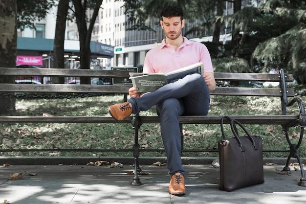Ontspannen man krant lezen op straat