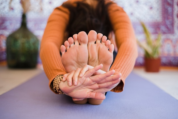 Ontspannen meisje het praktizeren yoga thuis