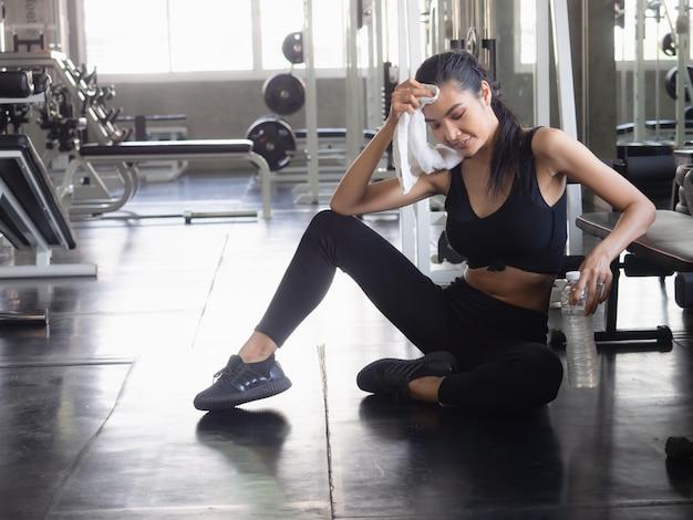 Ontspannen na een training in de sportschool, fitnessconcept