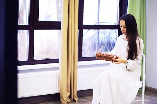 Ontspannen serene mooie jonge vrouw thuis, gelukkige rustige dame droom geniet van welzijn frisse lucht inademen in een gezellig huis