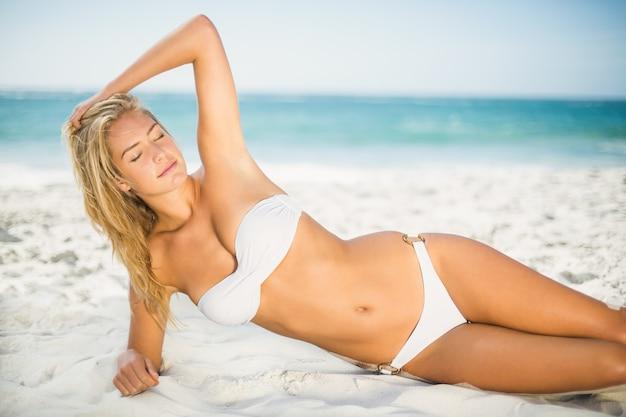 Ontspannen vrouw die zich voordeed op het strand