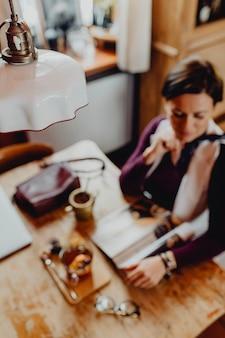 Ontspannen vrouw genieten van een tijdschrift in een café