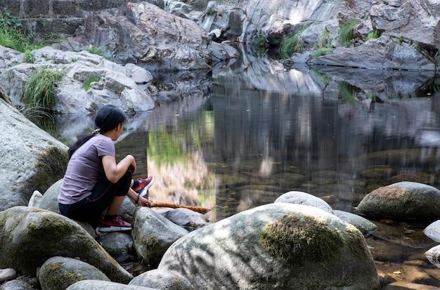 Ontspannen vrouw kijken naar de rivier
