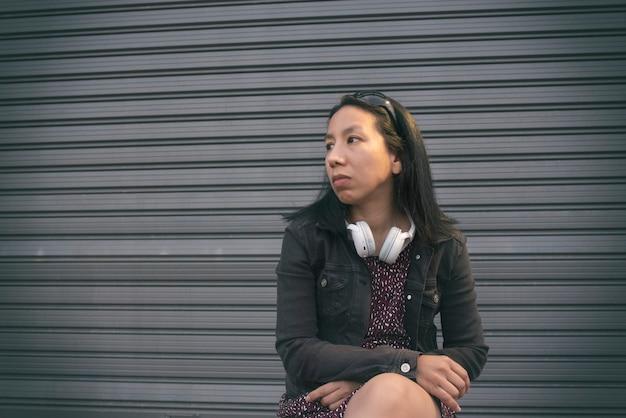Ontspannen vrouw zittend op straat