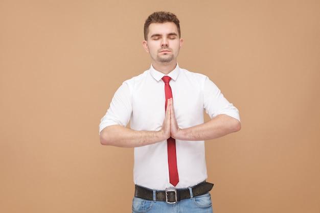 Ontspannen zakenman die yoga doet