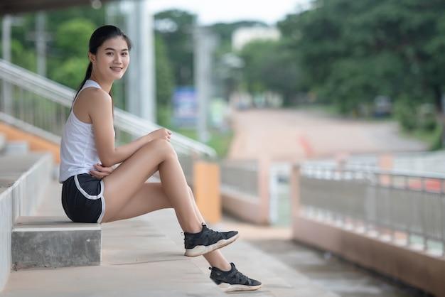 Ontspannend aziatisch sportmeisje