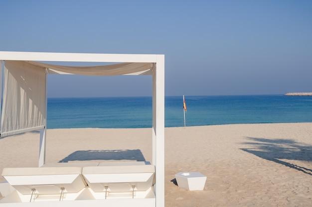 Ontspannend leeg strand met zonnebank, zee landschap. zomer vakantie reizen vakantie concept.