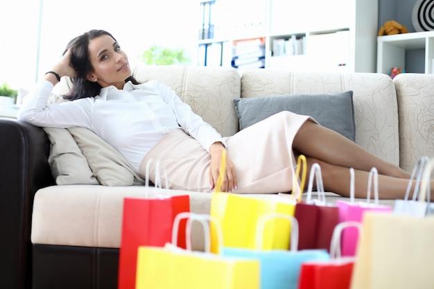 Ontspannende brunette na het winkelen