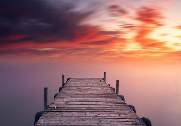 Ontspannende en mooie rode mediterrane zonsondergang