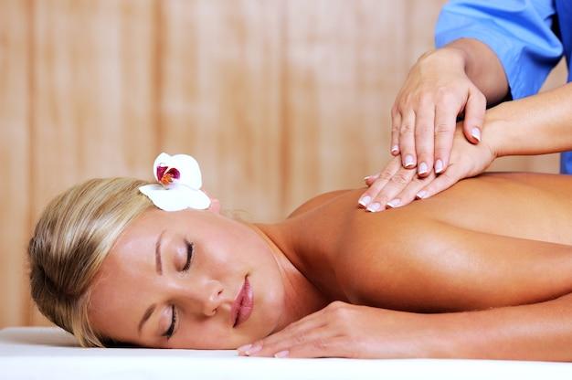 Ontspannende massage voor jonge mooie vrouw