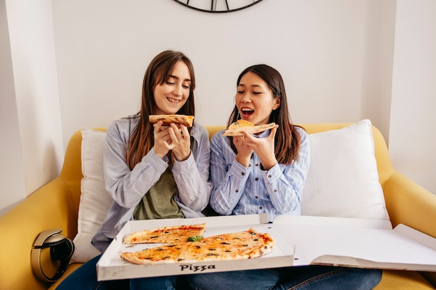 Ontspannende vrouwen met pizza