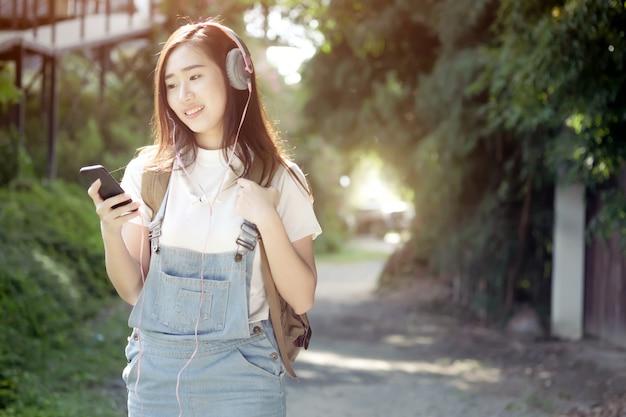 Ontspanning luistert naar het muziekconcept.