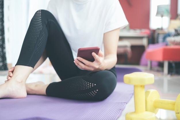 Ontspanning na het sporten thuis. blijf thuis en een gezonde levensstijl.