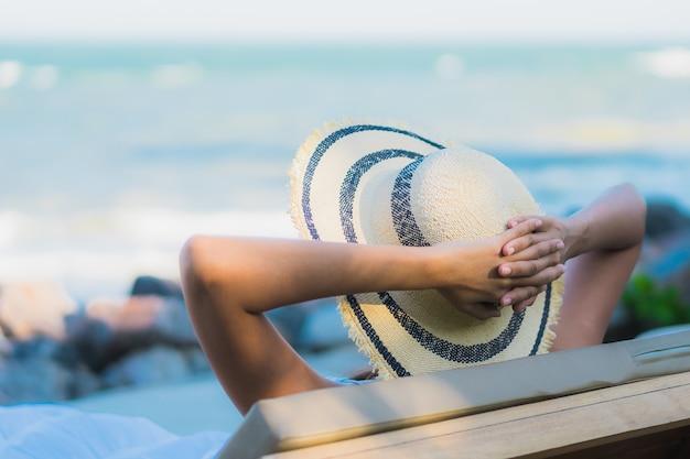 Ontspant de mooie jonge aziatische vrouwen gelukkige glimlach van het portret rond neary strand en overzees