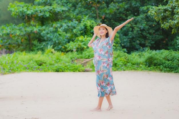 Ontspant de portret mooie jonge aziatische vrouw glimlach rond strand overzeese oceaan in vakantievakantie