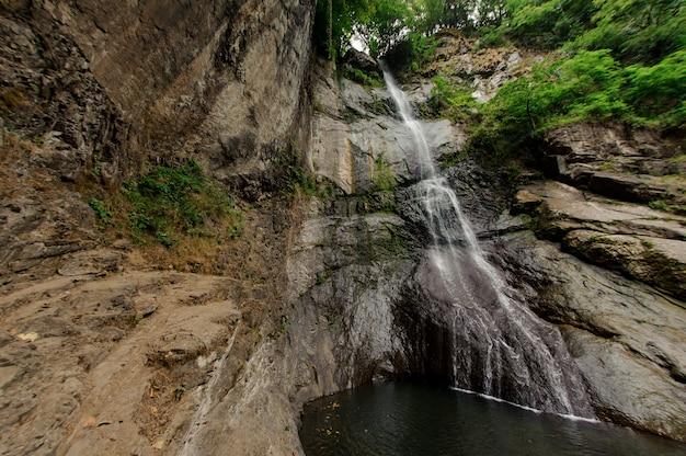 Ontsproten van kleine waterval in georgische bergen