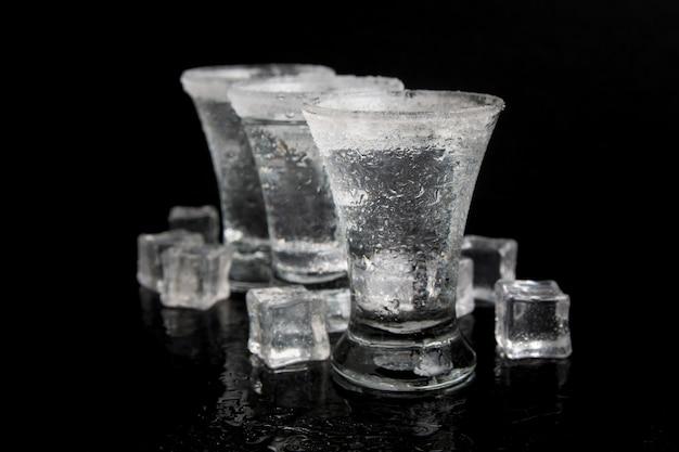 Ontsproten van tequila met zout op een zwarte lijst