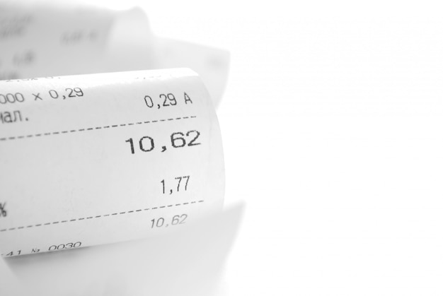 Ontvangstbewijs een beschrijving van aankopen op een witte achtergrond en kopie ruimte