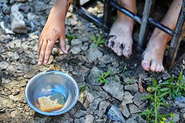 Ontvoering, kind werd gestolen voor losgeld en vastgehouden in een gevangeniscel met slechte voeding.