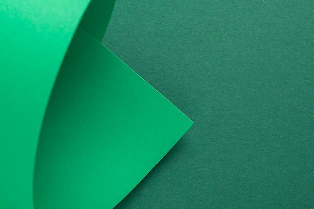 Ontwerp achtergrond gebogen achtergrond van groen karton. bovenaanzicht, plat gelegd.