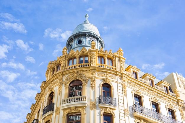 Ontwerp, architectuur en exterieur concept - oud mooi gebouw