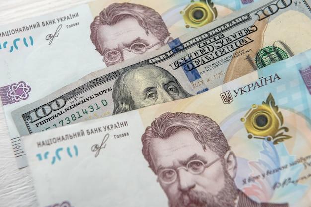 Ontwerp bankbiljetten van amerikaanse dollars en oekraïense hryvnia-valutawissel