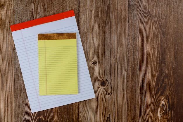Ontwerp concept bovenaanzicht van notebook op een tafel