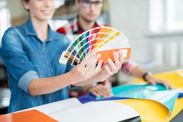 Ontwerp coworking-ontwerpers die kleuren kiezen