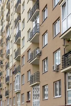 Ontwerp gevel van het gebouw in het centrum, exterieur project met balkon